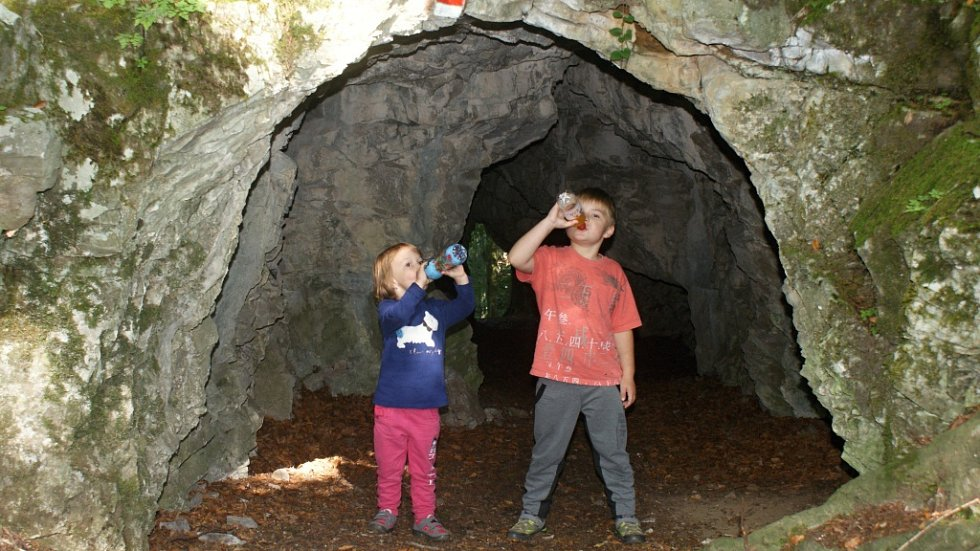 3. Poznáte jeskyni, před kterou se producírují děti?