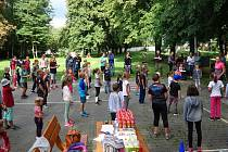 Úterního překážkového závodu se ve Vrchoslavicích zúčastnily desítky dětí.