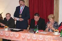 Jednání ustavujícího zastupitelstva v Plumlově (druhý zleva staronový starosta Adolf Sušeň)