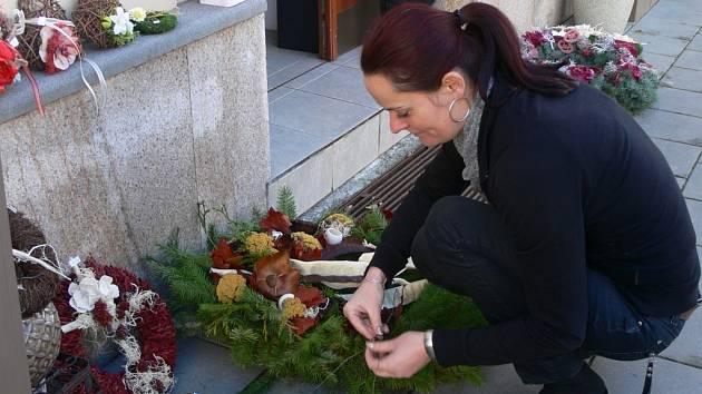 Kateřina Dosedělová se svými květinami a výtvory pro Dušičky