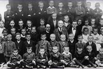 Ve Zdětíně se dříve nacházela i škola, která zde fungovala od roku 1876 do roku 1976. V současnosti je zde umístěn obecní úřad a knihovna. Na fotografii třída z roku 1923. Uprostřed pan učitel Tesař a páter Krátký.