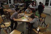Noc s Andersenem nalákala děti do budovy Cyrilometodějského gymnázia. Jednadvacet si jich užilo bohatý program plný pohádek.