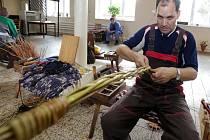 Pletení kocarů v košíkařské dílně ve Víceměřicích