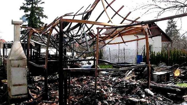 Zahradní kůlna v Klenovicích však shořela celá. Škoda je asi dvacet tisíc.