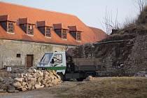 Nádvoří plumlovského zámku - bourání stodol a pozvolná rekonstrukce historické zídky