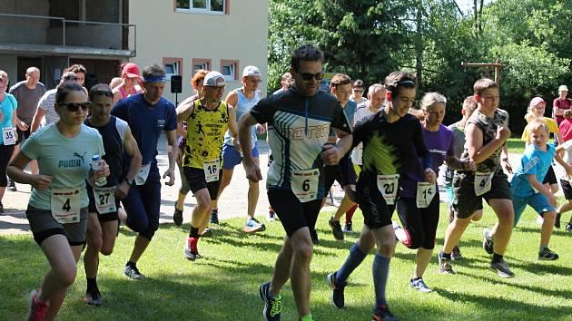 V předvečer Dne vítězství se ve Vrchoslavicích tradičně běhá přespolák.