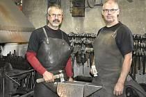 Umělecké kovářství Stawaritsch je známé po celé republice. Řemeslo převzali po svém otci Alfrédovi synové Ivo (vlevo) a Milan. 7.8. 2021