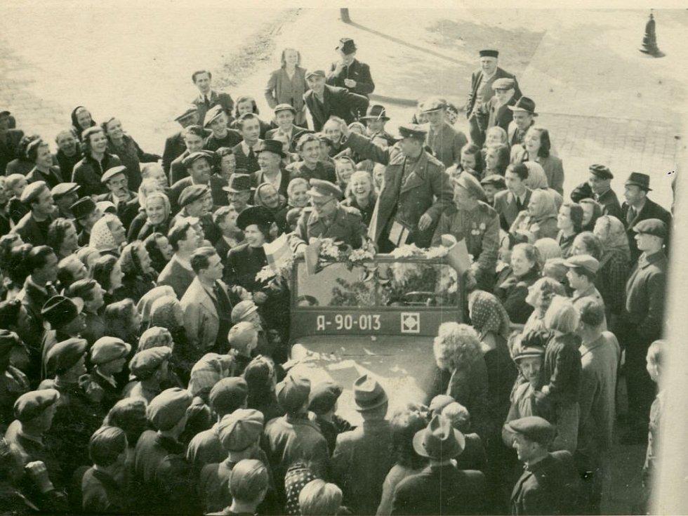Po sedmé hodině dorazily do Prostějova první sovětské a rumunské vojenské oddíly. Na snímku je údajně první ruské auto v Prostějově.