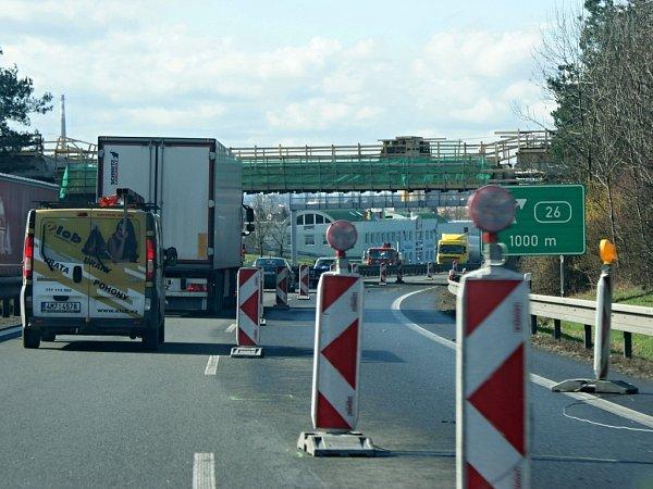 Na rychlostní silnici R46 mezi Prostějovem a Olomoucí se hned na dvou místech můžete setkat suzavírkou kvůli stavebním pracím. Místy se tvoří během dne kolony. Na snímku úsek uDržovic vblízkosti Prostějova. Opravuje se zde most nad R46.