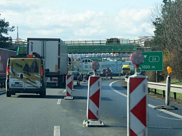Na rychlostní silnici R46 mezi Prostějovem a Olomoucí se hned na dvou místech můžete setkat s uzavírkou kvůli stavebním pracím. Místy se tvoří během dne kolony. Na snímku úsek u Držovic v blízkosti Prostějova. Opravuje se zde most nad R46.