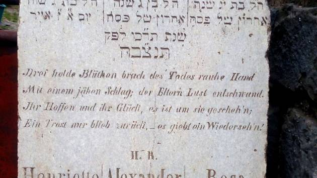 Další zajímavé náhrobky, tentokrát z kvalitního kamene, z původního židovského hřbitova v Prostějově se našly v Ondraticích.