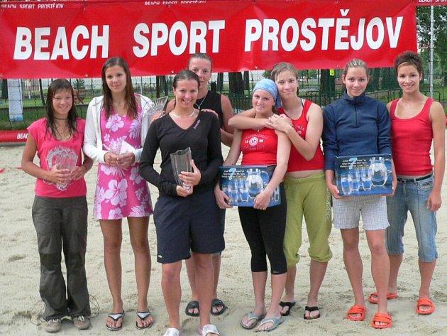 Výsledkově nejlepší dvojice beachvolejbalového turnaje juniorek Gala Cup, který se hrál v Prostějově.