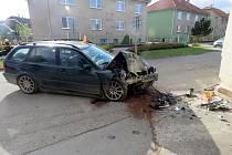Řidič BMW narazil v neděli krátce před polednem do domu v Kralicích na Hané
