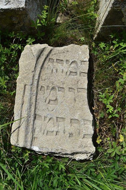 VŽešově se našel náhrobek ze starého židovského hřbitova