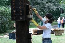 Diana Neagu při práci na své soše