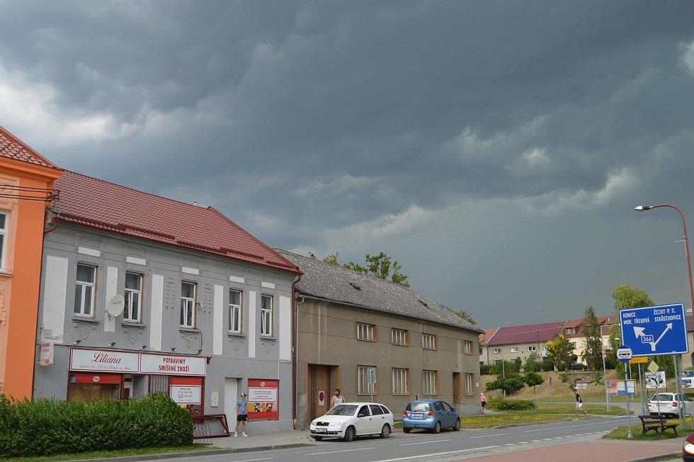 V pondělí odpoledne začala černat obloha i nad Kostelcem na Hané.