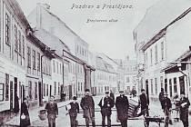 V jednom z domů v pozadí v dnešní prostějovské Úprkově ulici se narodil světově uznávaný filozof Edmund Husserl.
