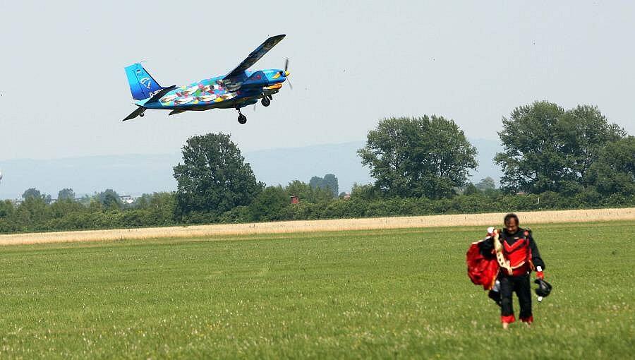 Mezinárodní setkání parašutistů z celého světa Vector Festival na prostějovském letišti.