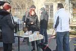 Dobrovolníci rozdávají lidem bez domova polévku u místního nádraží v Prostějově