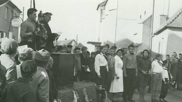 Klenovice na Hané byly k okresu Prostějov připojeny po zrušení okresu Kojetín v roce 1960. Na snímku je zachycen projev představitelů Místního národního výboru v Klenovicích na Hané o závazcích obce a Jednotného zemědělského družstva.