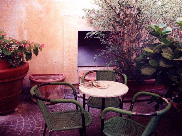 Kavárna v Orvietu. Na stole leží sešit do něhož byly činěny tyto zápisky.