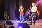Ze všech možných koutů Moravy dorazili do Němčic nad Hanou mladí zpěváci a zpěvačky. A pořádně to na pódiu zdejšího kina před plným publikem rozjeli.