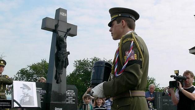 Uložení ostatků válečného hrdiny Františka Kraváka na hřbitově v Mostkovicích