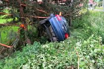 Opilý řidič skončil u Krumsína s autem ve stromě