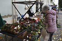 Prodej dušičkového zboží před prostějovským hřbitovem