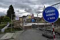 Betonáž rekonstruovaného mostu přes říčku Romži ve Vrahovicích znemožňuje průchod chodcům i cyklistům. 1.7. 2021