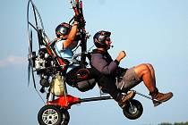 Setkání fanoušků motorových padákových kluzáků Hanácké kolečko na stichovickém letišti