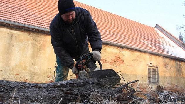 Srovnávání terénu ve farní zahradě v Olšanech - zahájení přípravy pro stavbu komplexu pro hluchoslepé