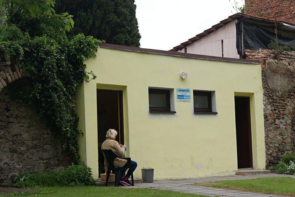 Park u zámku v Konici s veřejnými toaletami