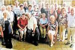 PĚTASEDMDESÁTNÍCI SE VRACEJÍ. Loni v červnu se kamarádi z dětství sešli v krásném počtu 29 lidí. V místní restauraci U Pramene spolu strávili příjemný vzpomínkový večer nad fotografiemi, který završili písničkami u harmoniky.