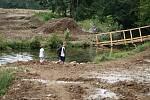 Stavba cyklostezky na plumlovské přehradě - 6. 8. 2020 - stavba mostu při ústí Hloučely do přehrady začíná