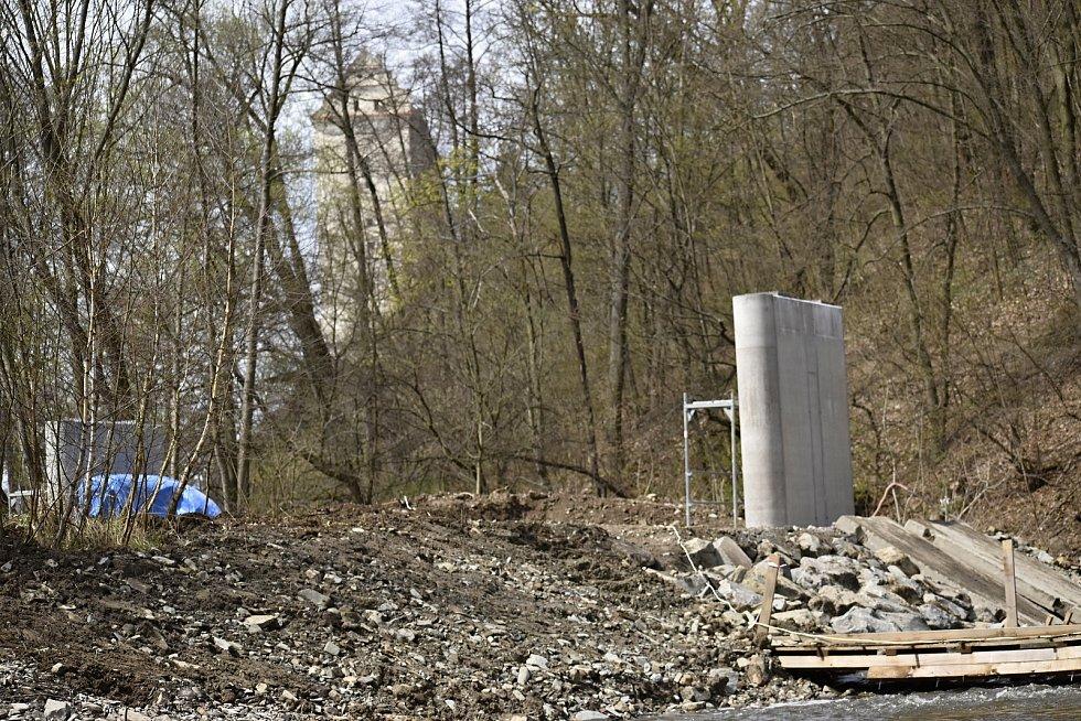 Stavba nového cyklostezkového mostu u ústí Hloučely do přehrady. 22.4. 2021