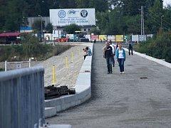 Revitalizace plumlovské přehrady - lidé se procházejí po nedokončené hrázi, i když zde platí zákaz vstupu