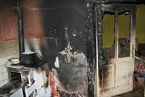 Seniorka zatopila v kamnech a na chvíli odešla z kuchyně. Když se vrátila, v místnosti už hořelo.