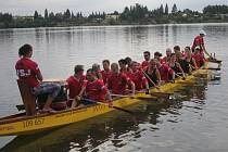 Ve středu se návštěvníci přehrady stali svědky tréninku dračích lodí.