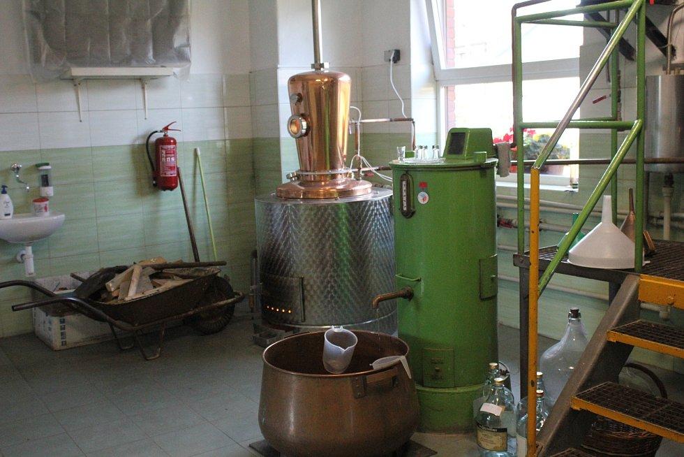 V mostkovické palírně se topí i klasicky dřevem.