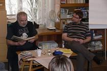 Miloslav Maršálek četl v knihovně studentům