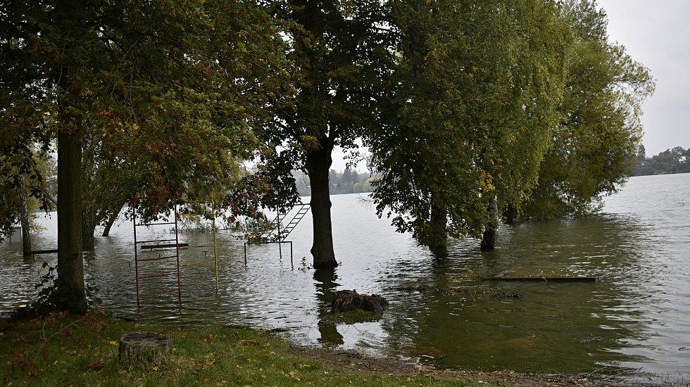 Přeplněná plumlovská přehrada a její odpouštění. 16.10. 2020