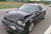 Řidič se svým audi zdemoloval na R46 dopravní značku
