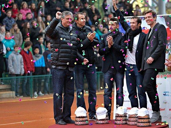Zleva: kapitán Navrátil, Lukáš Rosol, Jan Hájek, Radek Štěpánek a Tomáš Berdych na centrkurtu vProstějově