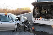 Řidič byl podle všeho oslněný sluncem, narazil tak do autobusu.