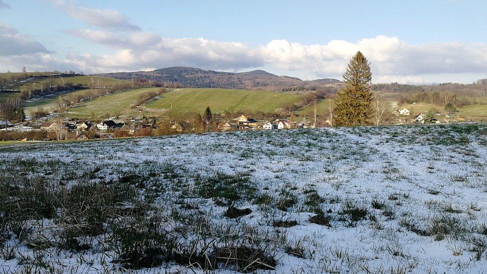 Horní část Hrabišína, kopec v dáli Volyň. 31.3. zima i když letos slaboučká, předává vládu jaru...