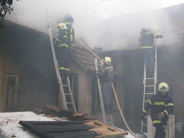 Požár rodinného domku v Březsku skončil tragédií