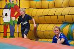 Děti ve skákacím hradu