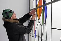Odborníci zkoumají možnost rozebrání vitráží v prostějovském Prioru
