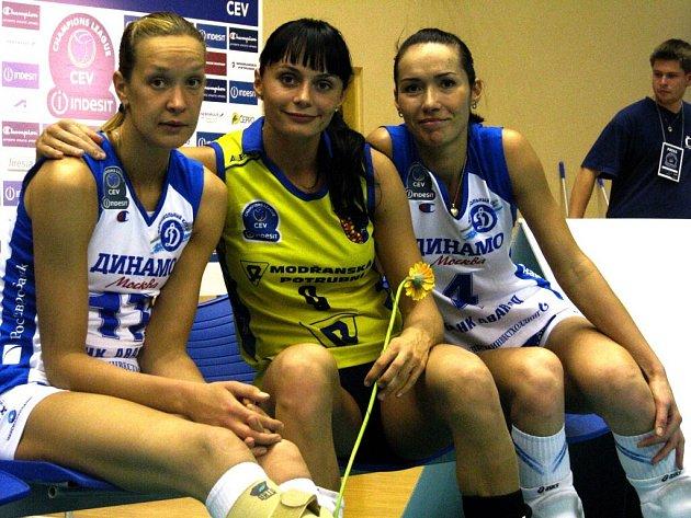 Valeria Pušněnkovová (uprostřed) si měla s hráčkami Dynama co říct.